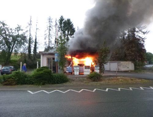 Büren: Fahrzeugbrand an Werkstatt am Übungsabend